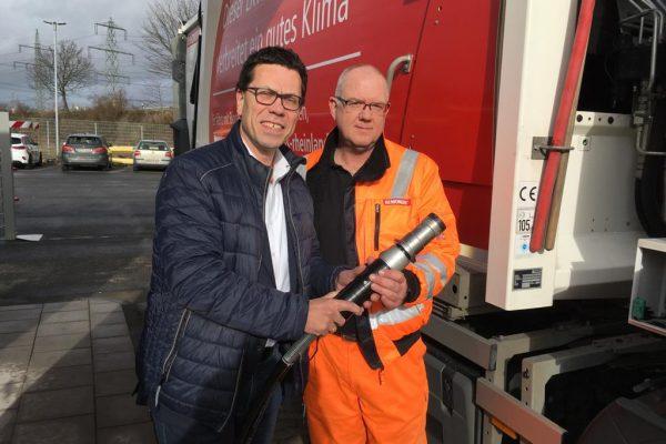 Dierk Timm an der Zapfsäule der neuen Biogastankstelle von GVG und Remondis