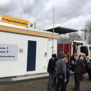 Besucher auf der Eröffnung der Biogastankstelle GVG Hürth