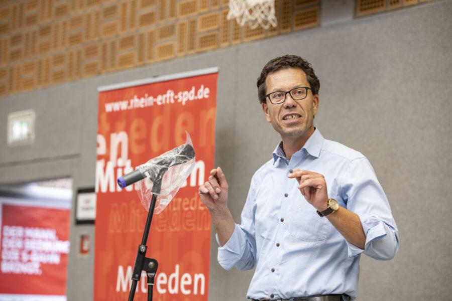 Dierk Timm bei seiner Wahlrede zur Kandidatur als Landrat mit hochgekrämpelten Ärmeln