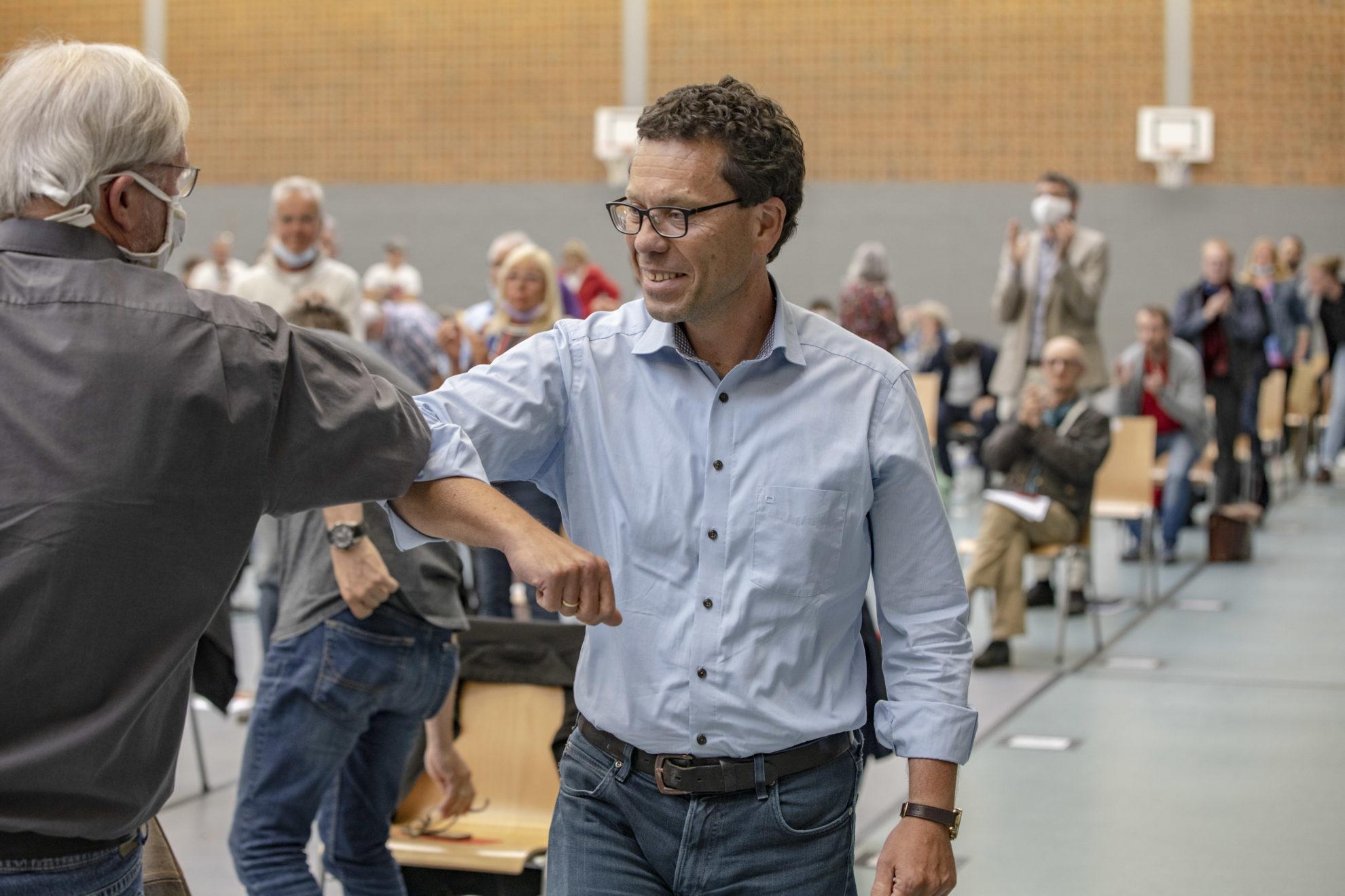 Dierk erhält von Ingpeer Meyer eine Gratulationsgeste per Ellbogen