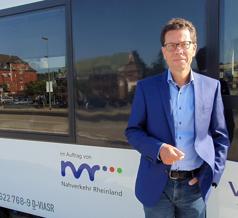 Dierk Timm vor Regionalbahn mit NVR Logo